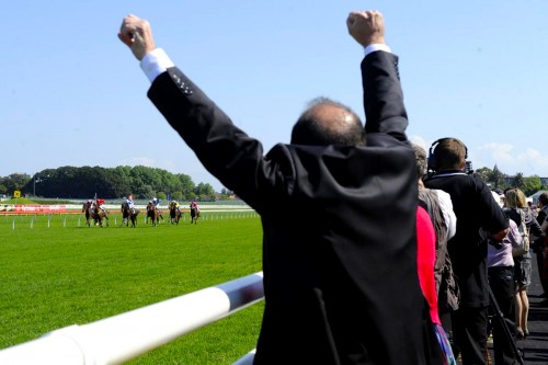 Experience the rush of cheering your own horse to victory